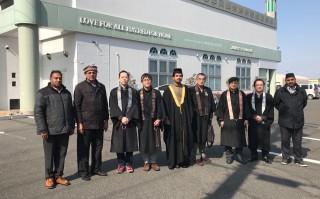 Zajednička fotografija sudionika skupa ispred Ahmadijske džamije u Japanu