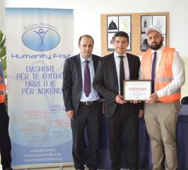 Općinska zahvalnica Humanity First i uspomena na ovaj humanitarni događaj.